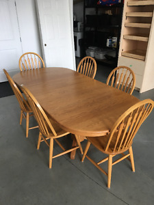 Solid Oak table 2 leaves 6 chairs