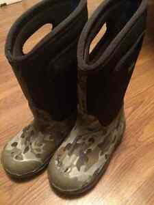 Boys winter boots-BOGS size 11 Prince George British Columbia image 1