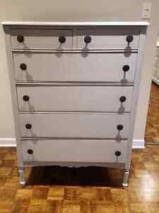 Commode antique restorer en gris pale