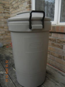 Garbage Container.  Large New.  Rubbermaid WHEELS