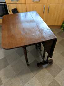 Folding leaf table