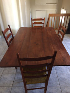 Table de cuisine antique avec quatre chaises vendre.