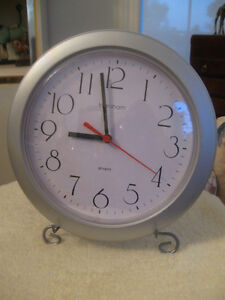"ATTRACTIVE VINTAGE ROUND BATTERY-OPERATED ""INGRAHAM"" WALL CLOCK"