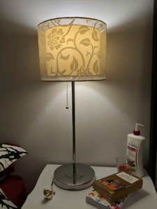 Lampe blanche design floral
