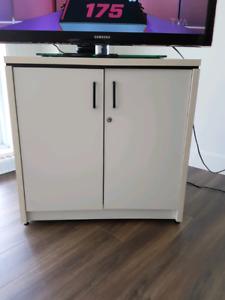 2 Bureaux un meuble a  micro-ondes une table de salon blanche