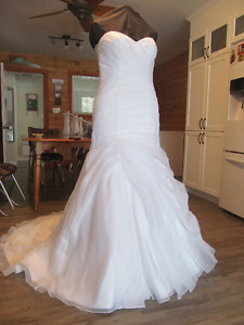 Beautiful wedding dress for sale a must see