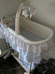 SIMPLICITY BASSINET AND SHEETS