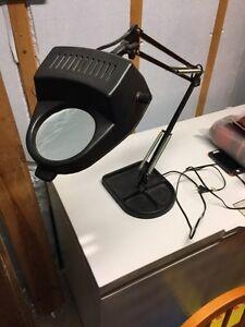 Lampe sur pied avec loupe intégrée