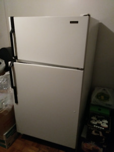 Large Fridge (Réfrigérateur) in excellent condition!