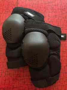 Atom Gear Knee Pads - Small - NEW