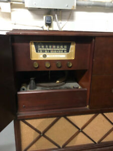 Antique RCA Victor Record Player Radio