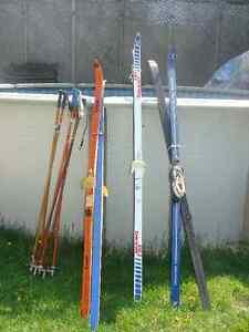 3 paires de ski de fond avec bâtons