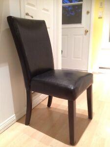 Chaises en cuir noir 55 $ le lot de 2