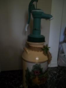 Bidon de lait et pompe à eau antique