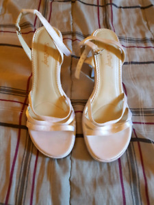 Selling  a pair of ladies  shoes size 8