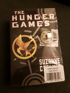 The Hunger Games Trilogy (3 Book Set with pendant)