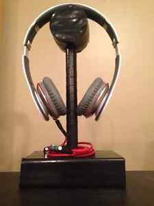 Beats solos with headphone stand