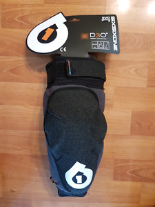 Six six one small kneepads, brand new