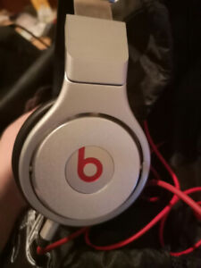 Beats by Dre solo 2 and studios. All wired