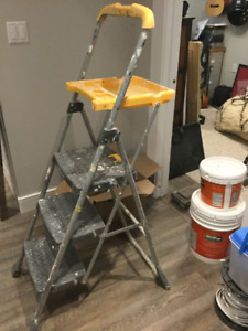 FOLDING STEP LADDER WITH TOP