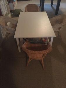 HEMNES Table pour Enfant IKEA et 4 chaisses