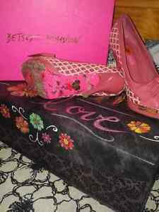 "Offer 2: Betsey Johnson Shoes 5 1/2"" Cambridge Kitchener Area image 2"