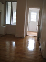 next 2 GriffinTown, canal,2bdr very large backyard,lower 2plx