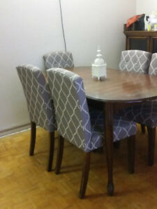 **Wooden Dining Table with 5 chairs! Extendable table! MUST SEE!