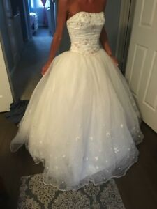 STUNNGING WEDDING DRESS-comes with accessories
