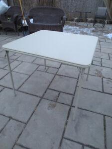 Table à carte couleur sable.