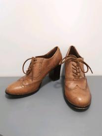 Brown leather Steve Madden heeled Oxfords