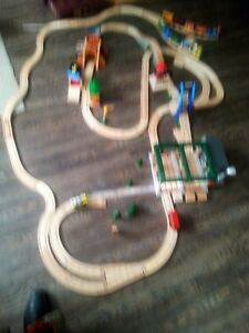 LARGE THOMAS THE TRAIN SET INCLUDES TABLE & STORAGE CONTAINER