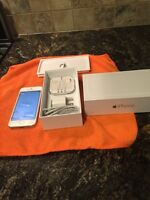 I PHONE 5 WITH 16 GIG WHITR WItH GREY BACK