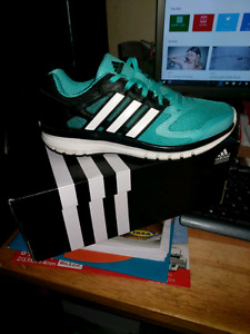 WOMENS BRAND NEW SIZE 5 ADIDAS