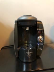 Cafetière TASSIMO T65 noir et présentoir pour capsules
