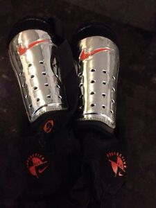 Youth Nike soccer shin guard Cambridge Kitchener Area image 1