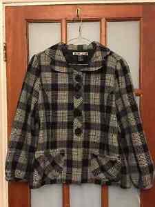 Houndstooth Print 3/4 sleeve jacket.
