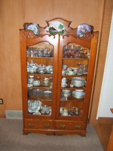 Vintage antique Oak China cabinet. Beautiful condition.