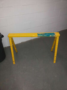 Height adjustable yellow sawhorse/ Chevalets de scie à onglets