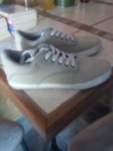 WORN ONCE.-LIKE NEW - MENS AMERICAN EAGLE SHOES - Size 9.