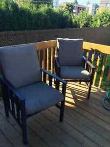 Chaise de métal avec coussins