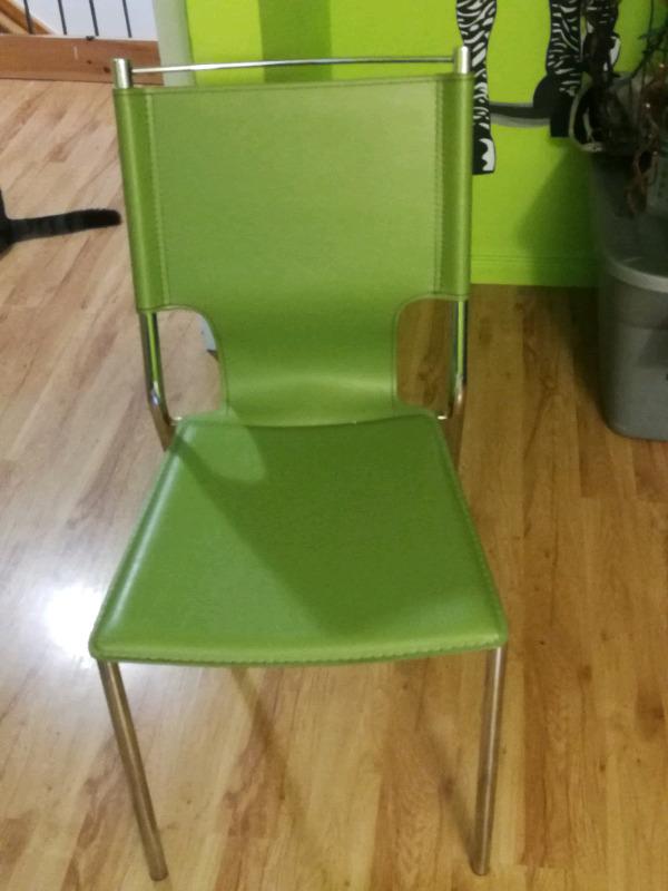 Description Une Belle Chaise De Couleur Verte