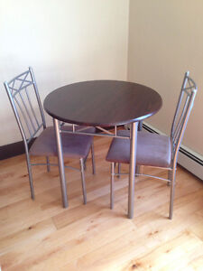 Kitchen Table + 2 Chairs - Very good condition