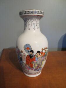 Petit vase Asiatique blanc avec dessin.