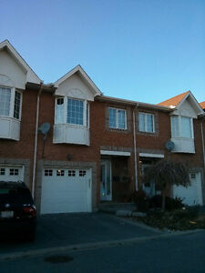 Beautiful Townhouse: Central Location near General Hospital/CHEO