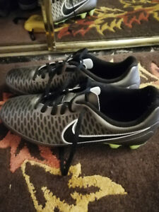 Soccer shoes, size 8mens with equipment and box