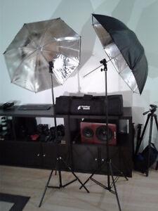 2 pieds avec supports pour flash et 2 parapluies pour photograhi