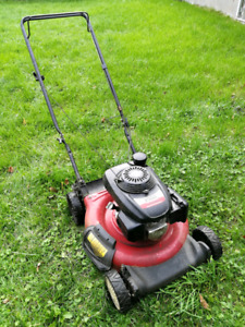 Lawn mower with Honda engine (Broke fixes needed)