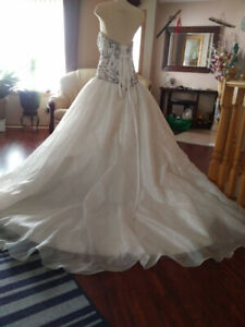 WEDDING GOWN SIZE 16