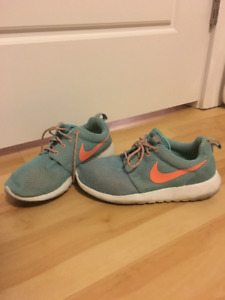Nike Roshe Running Sneakers size 5.5 women or 4 youth